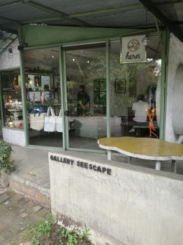 it has a nice cafe & trinkets