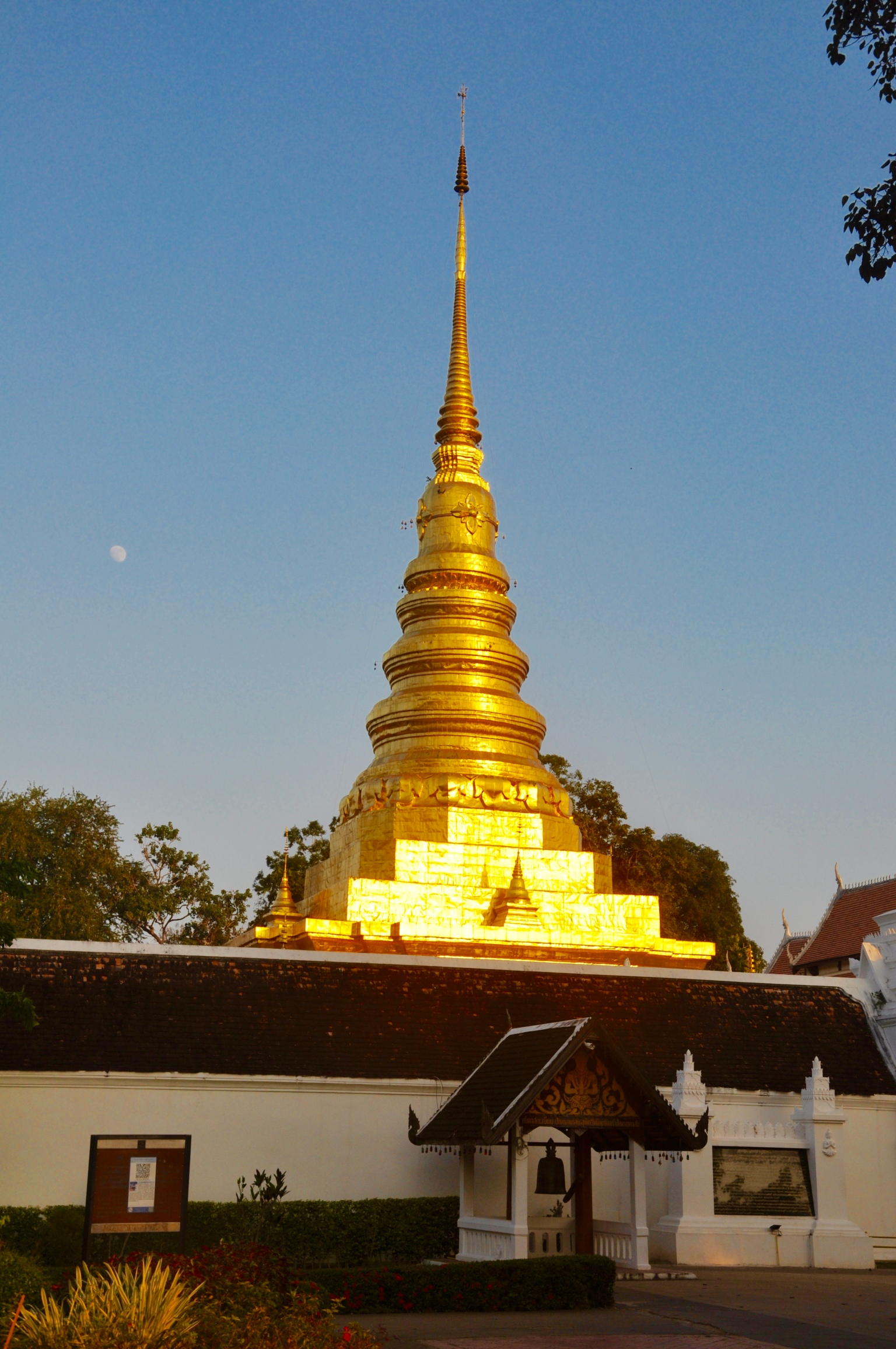 setting sun on chedi